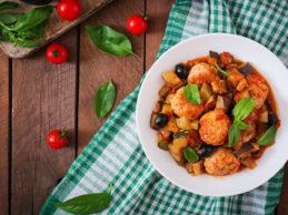 jugosas-albondigas-de-carne-de-pavo-con-verduras-zucchini-berenjena-aceituna-tomate_2829-510